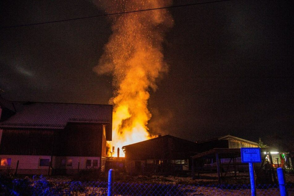 Das Feuer beleuchtete den Nachthimmel bei Winnenden.