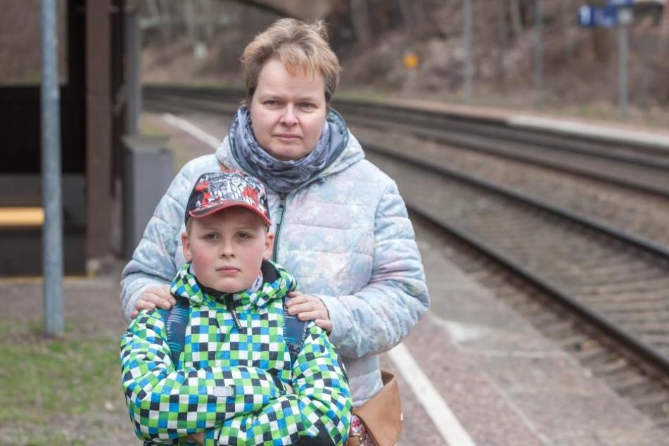 Zeugen eines Steine-Anschlags auf die Citybahn: Ivette Kloth (44) und Sohn  Robin (10).