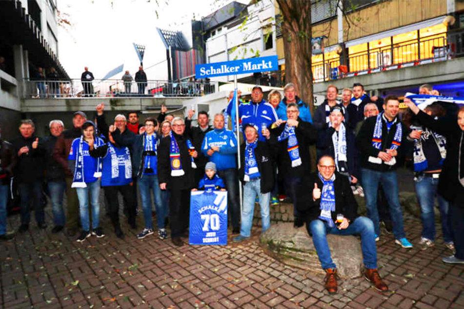 """Zahlreiche Schalke-Fans versammelten sich am Freitag, um den """"Schalker Markt"""" in Höxter offiziell mit Fangesängen einzuweihen."""