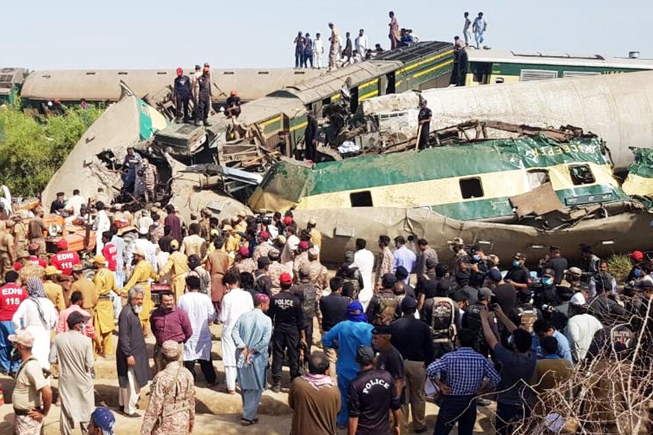 Zwei Züge kollidierten im Süden Pakistans.