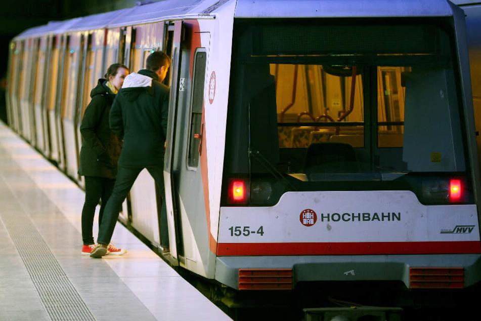 Eine U-Bahn steht am Gleis in Hamburg. (Archivbild)