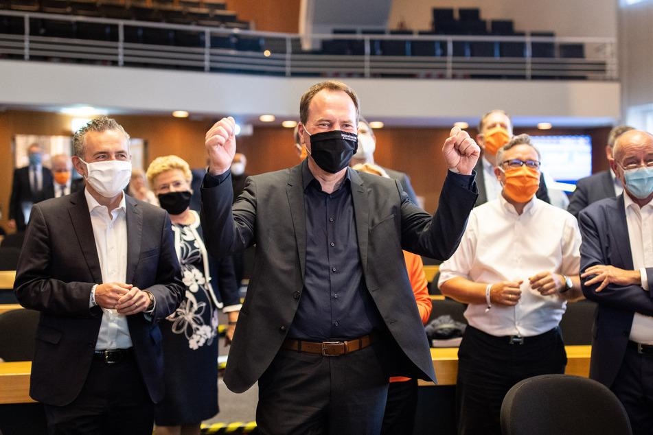 Stephan Keller (CDU), Oberbürgermeisterkandidat von Düsseldorf, freut sich nach den ersten Hochrechnungen.