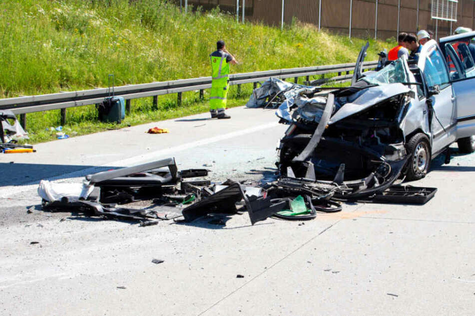 Horror-Unfall auf A8: VW kracht in Heck von Lkw, zwei Menschen in Lebensgefahr