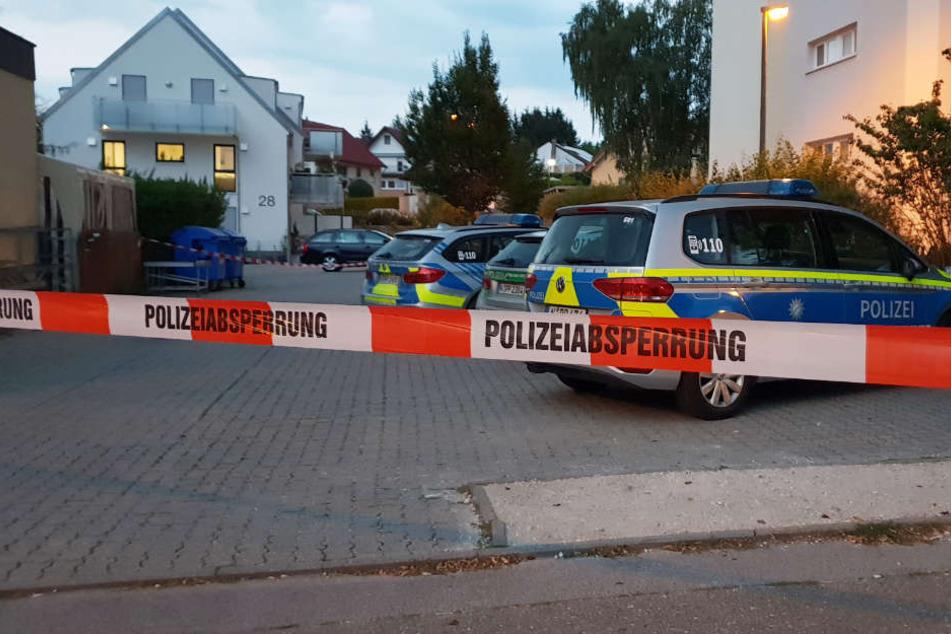 Mann bedroht Frau und Kind mit Waffe: Täter trotz Großeinsatz noch auf Flucht