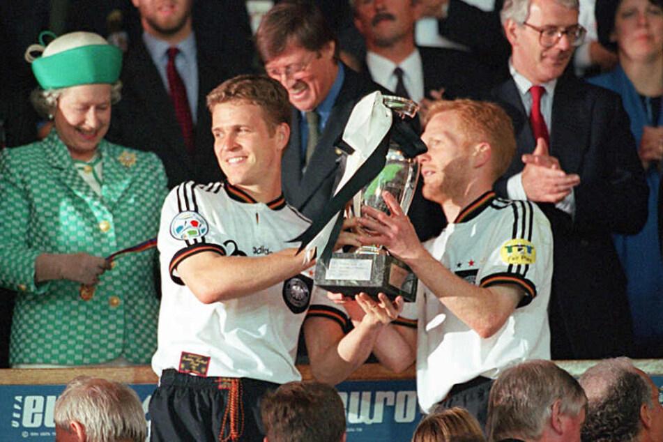 Oliver Bierhoff und Matthias Sammer beim letzten Gewinn der Europameisterchaft 1996 in England.