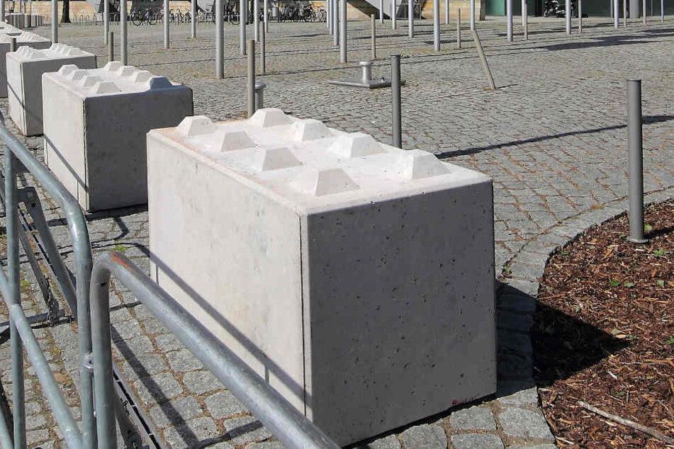 Zum Schutz gegen Attacken mit Lastwagen werden so genannte Nizza-Betonsperren aufgebaut.