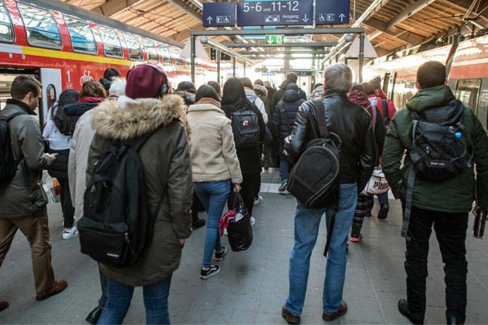 Pendler müssen mit Verspätungen und Zugausfällen rechnen (Symbolbild).