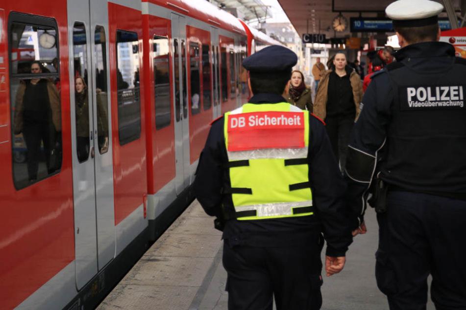 Immer mehr Mitarbeiter der Deutschen Bahn werden während ihres Dienstes Opfer von Gewalt. (Symbolbild)