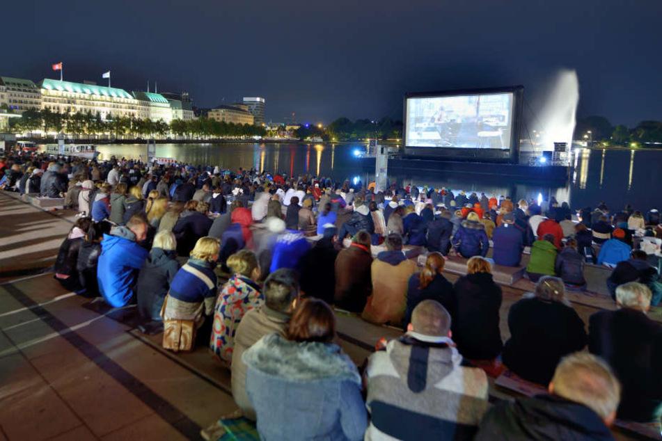 """Beim """"Binnenalster Filmfest"""" wird der Jungfernstieg zum Open-Air-Kino."""