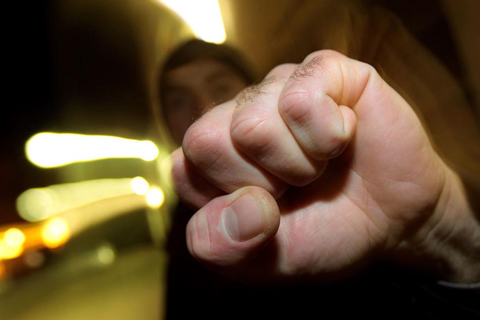 Erst bedrohten die Männer den 15-Jährigen mit einem Messer, dann schlugen sie zu! (Symbolbild)