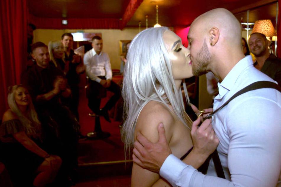 """""""Ausgezogen"""": Hochzeit unter Hochdruck in der Stripper-WG"""
