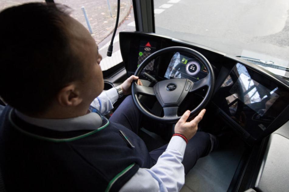 Busfahrer verliert Kontrolle über Fahrzeug: Dann greifen Jugendliche ein