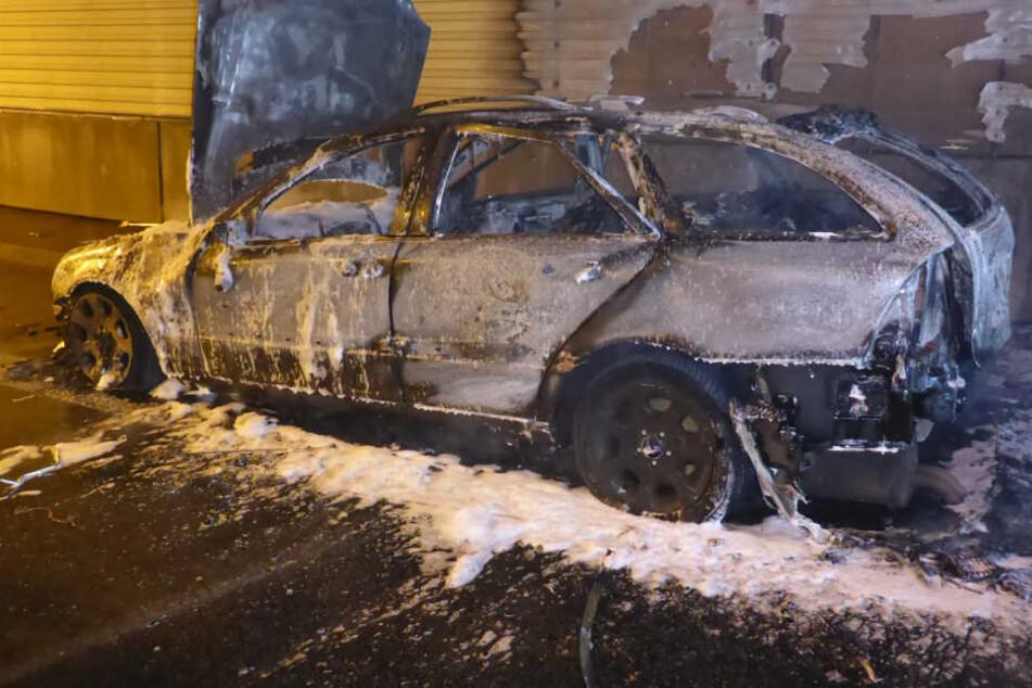 Die Mercedes C-Klasse brannte vollständig aus. Warum das Auto Feuer fing, ist noch unklar.