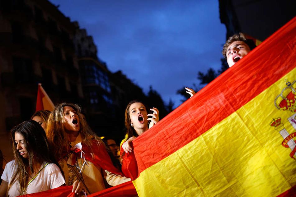 Gegner der Unabhängigkeit Kataloniens demonstrieren am 04.10.2017 in Barcelona mit spanischen Nationalflaggen.