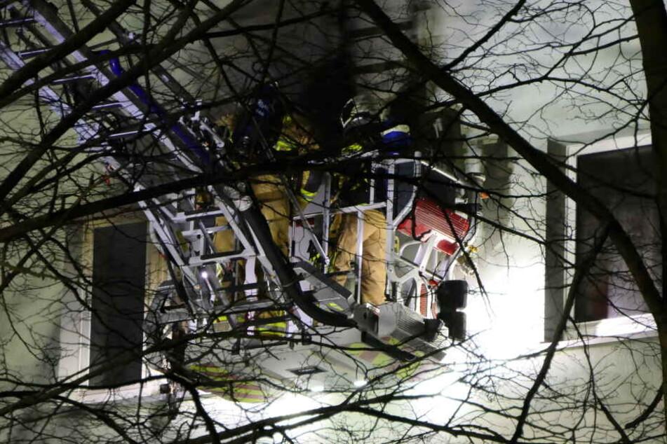 Über eine Drehleiter löschten die Einsatzkräfte den Brand.