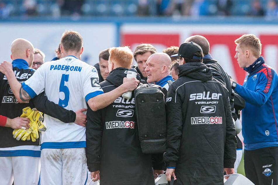 Nach dem Spiel richtete Trainer Emmerling ein paar Worte an die Mannschaft.