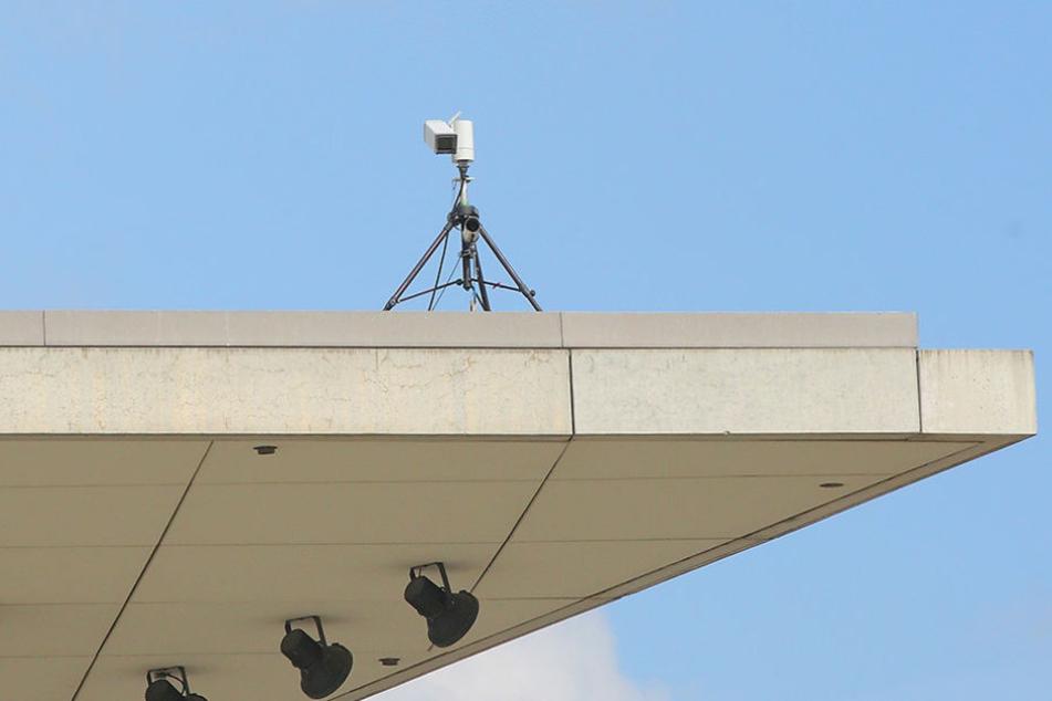 Zwei Kameras wurden auf dem Vordach des Kongresszentrums nahe des Landtags  aufgebaut.