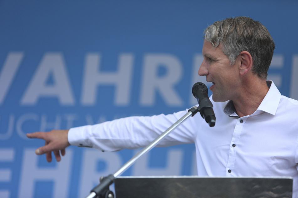 Björn Höcke wettert gegen 2G-Regel, verharmlost Corona und stellt den Impfstoff infrage