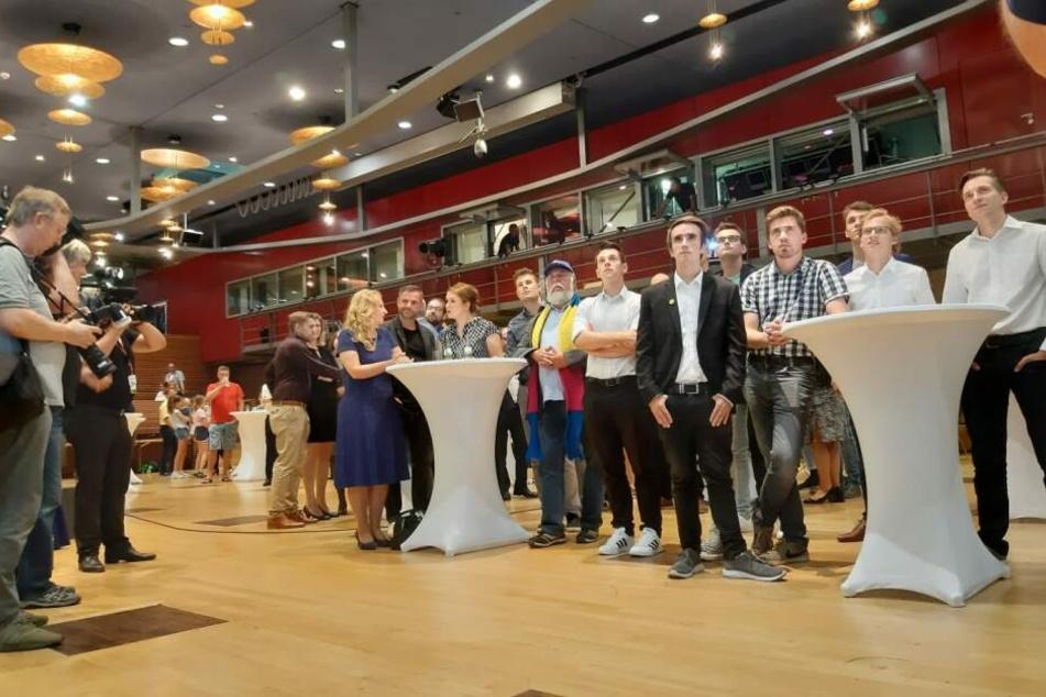 Schafft die FDP den Einzug in den Landtag? Gespannte Gesichter warten auf die Zahlen.