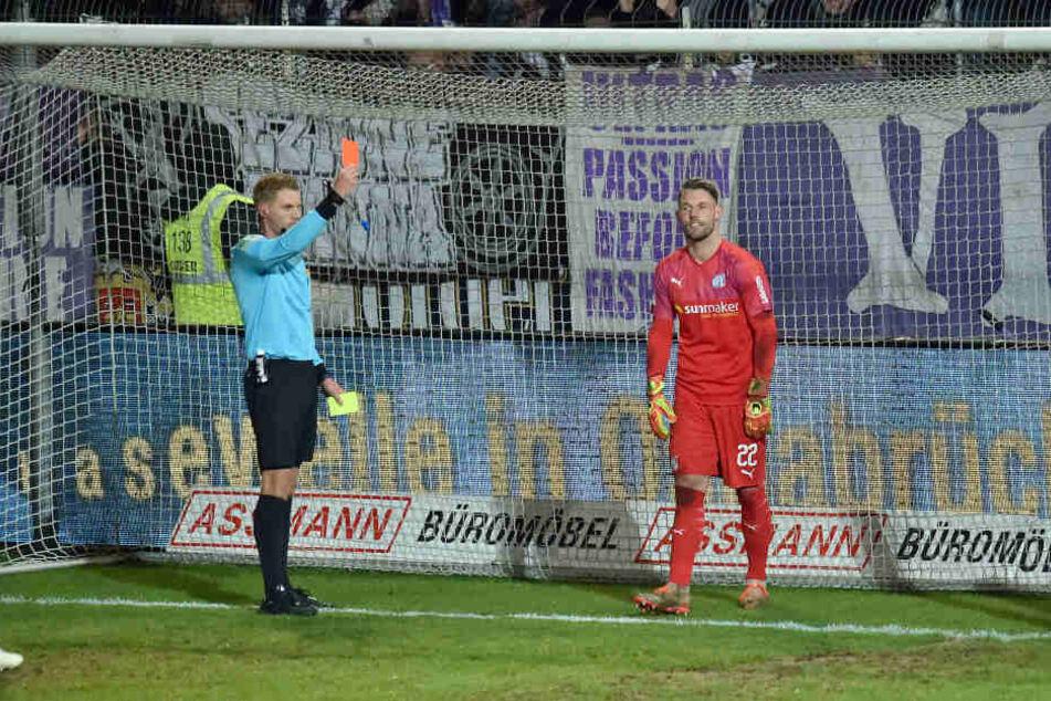 Osnabrücks Keeper Philipp Kühn (r.) erwischte es gegen Sandhausen. Da stellte ihn Schiedsrichter Timo Gerach mit Gelb-Rot vom Platz.
