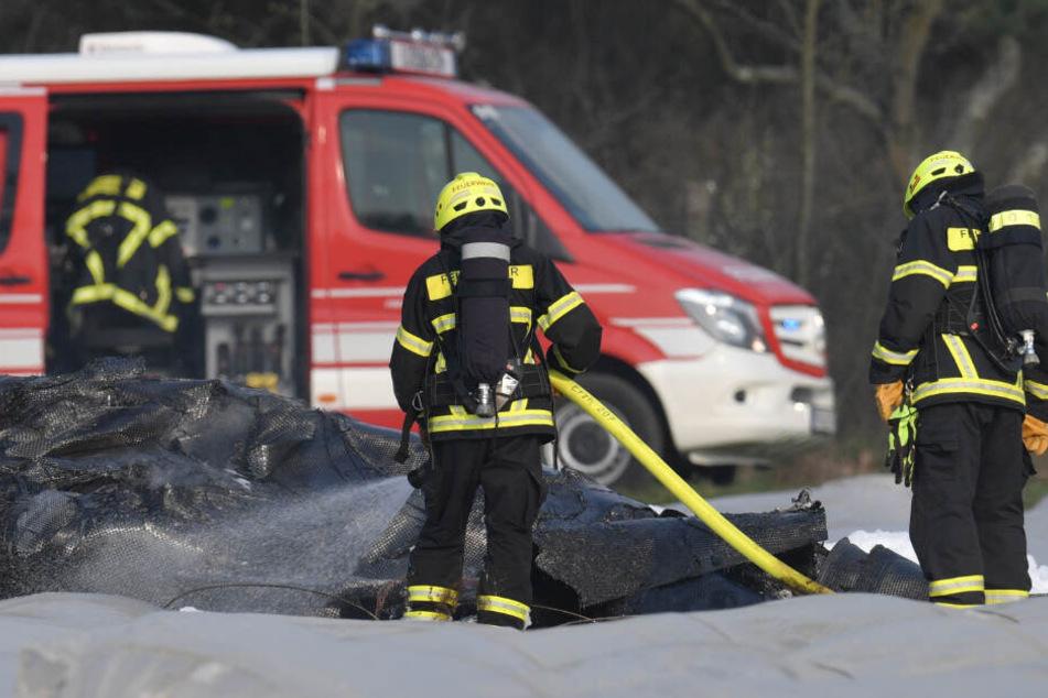 Flugzeug gerät auf Spargelfeld in Brand: Drei Tote