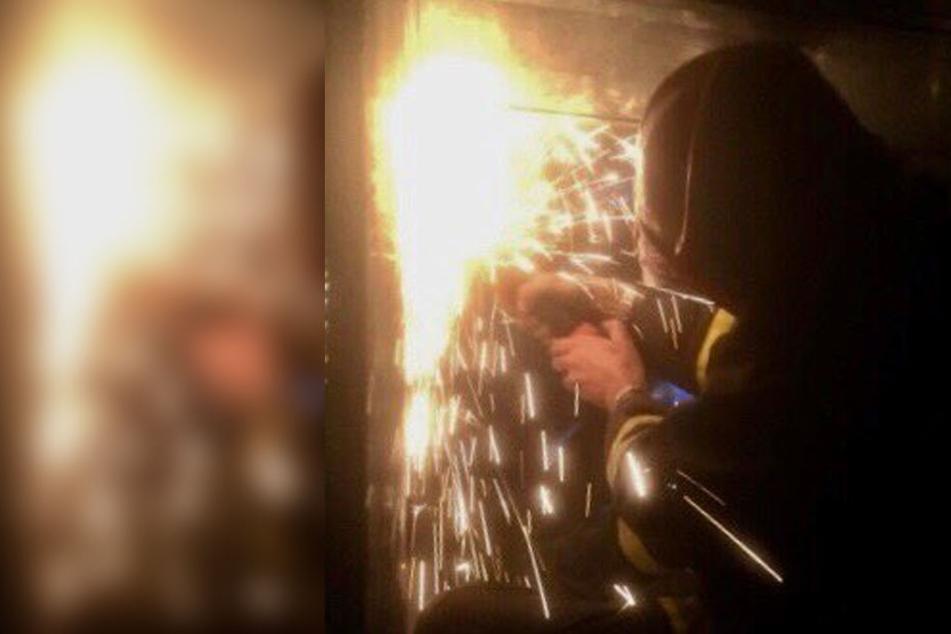 Die Feuerwehr konnte den Jungen mit schwerem Gerät aus dem Schacht befreien, doch er verstarb wenig später.