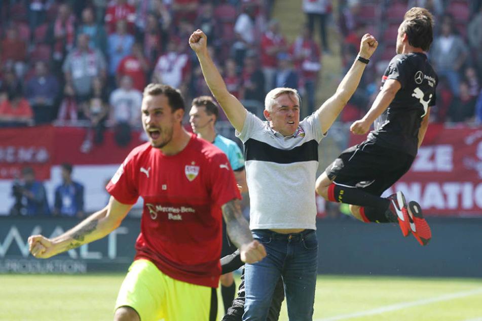 So bejubelte Janßen (M.) den Sieg als Interimstrainer des VfB auf dem Betzenberg.
