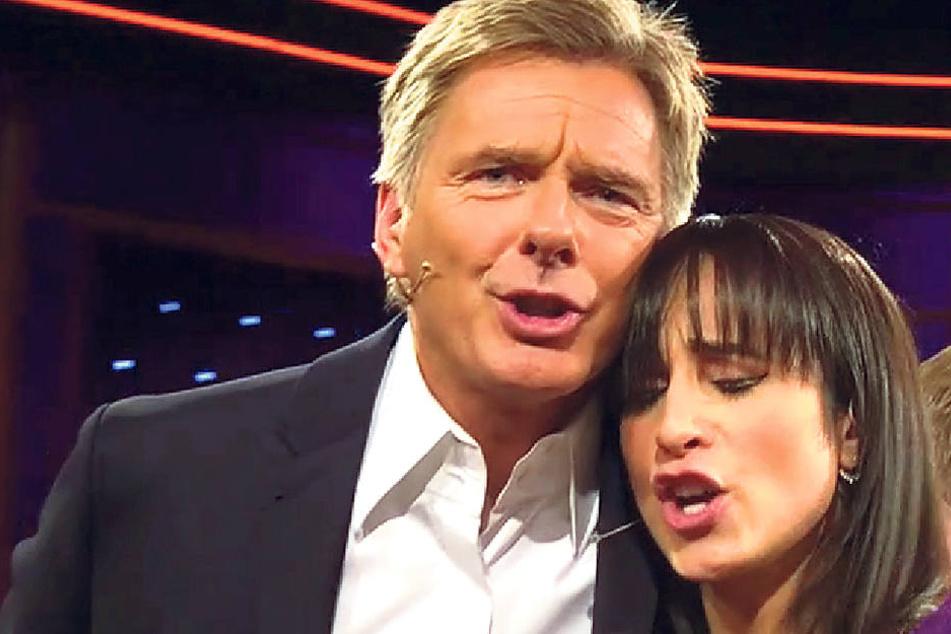 """Mit traurigem Gesicht verabschieden sich Stephanie Stumph und Jörg Pilawa vom """"Riverboat""""-Publikum."""