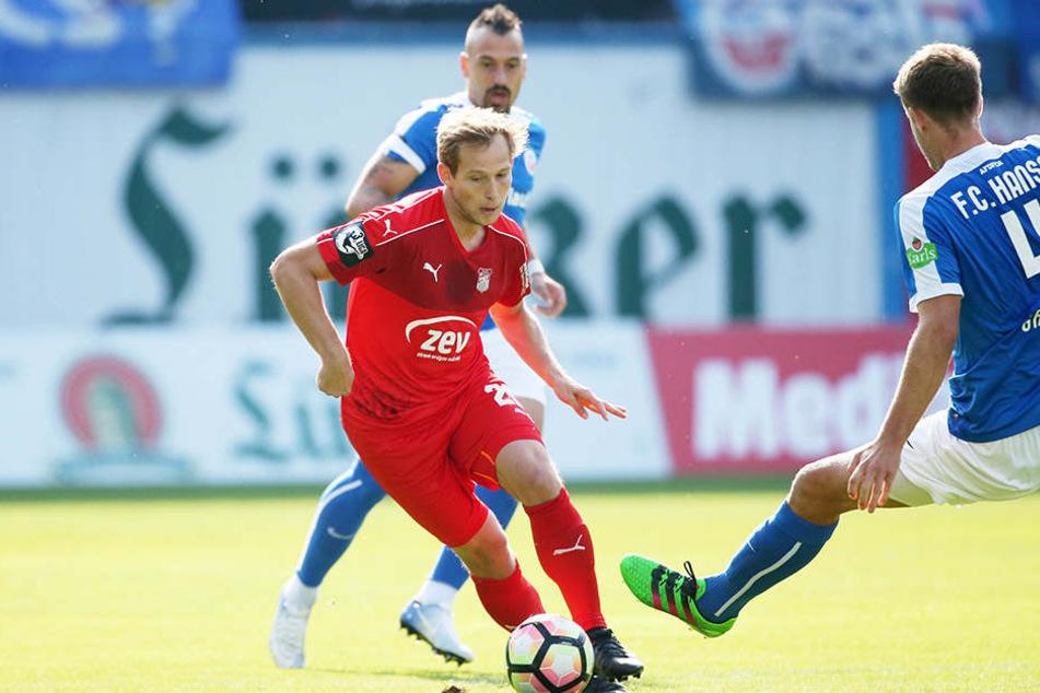 Rene Lange (rotes Trikot) und der FSV Zwickau kamen beim Hinspiel gegen Hansa Rostock mit 5:0 unter die Räder.