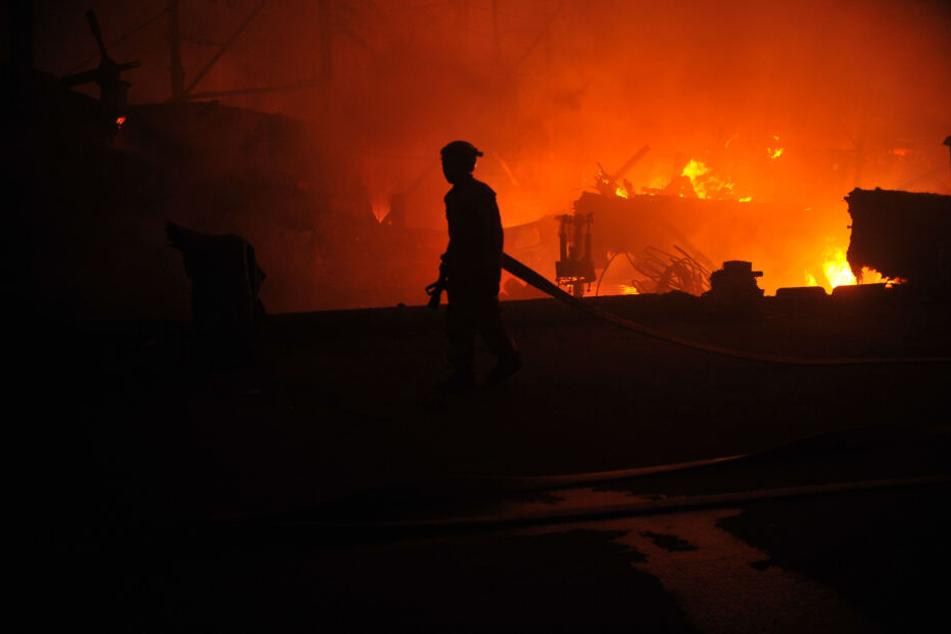 Haus droht nach Brand einzustürzen, Bewohnerin schwer verletzt