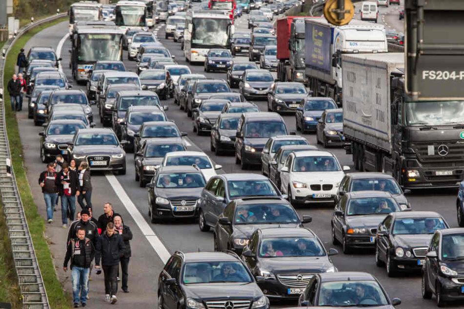 Nach einem schweren Unfall auf der Autobahn 9 am Schkeuditzer Kreuz musste die Fahrbahn voll gesperrt werden. (Symbolbild)