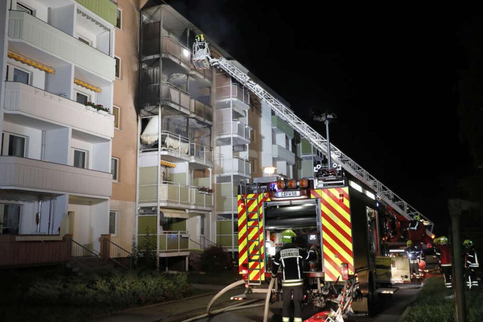 Die Feuerwehr war mehrere Stunden an dem Plattenbau im Einsatz.