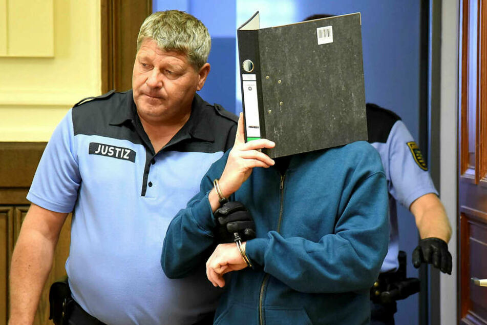 Krankenpfleger Peter F. wird am 20. August von Justizbeamten in den Gerichtssaal geführt.