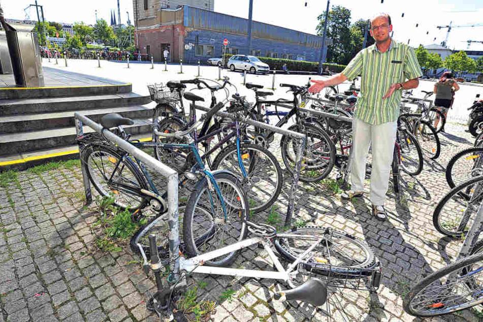 ADFC-Mitglied Ralph Sontag (48) an den Fahrradbügeln am Hauptbahnhof. Viele  der dort parkenden Fahrräder sind mangelhaft.