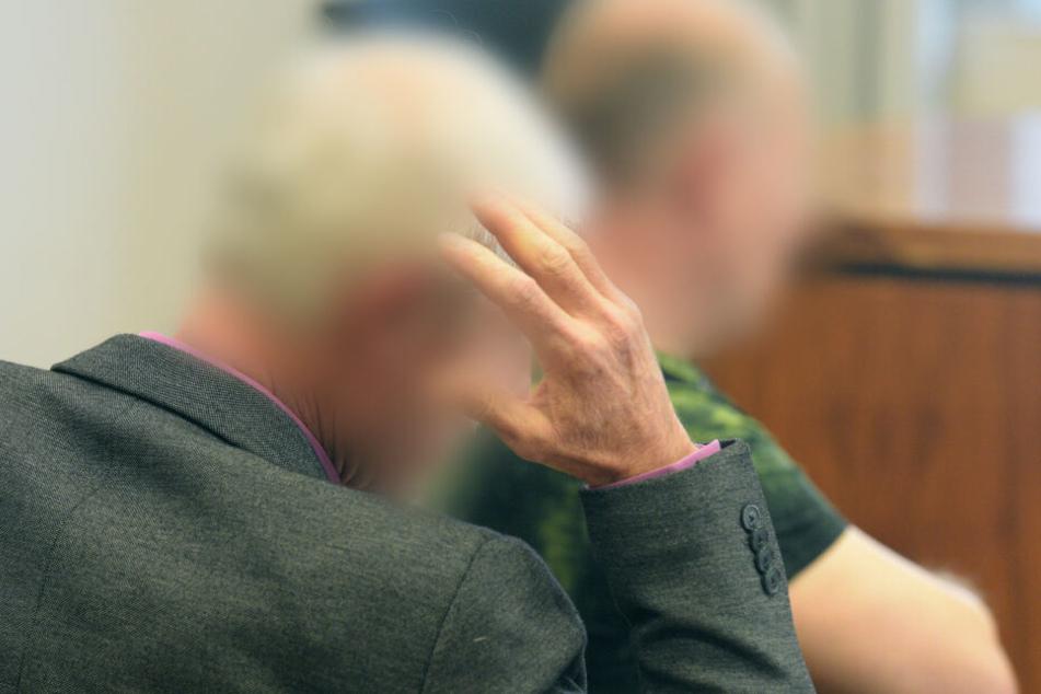 Im Landgericht Memmingen sitzen Elias (r) und Salim S. auf der Anklagebank.