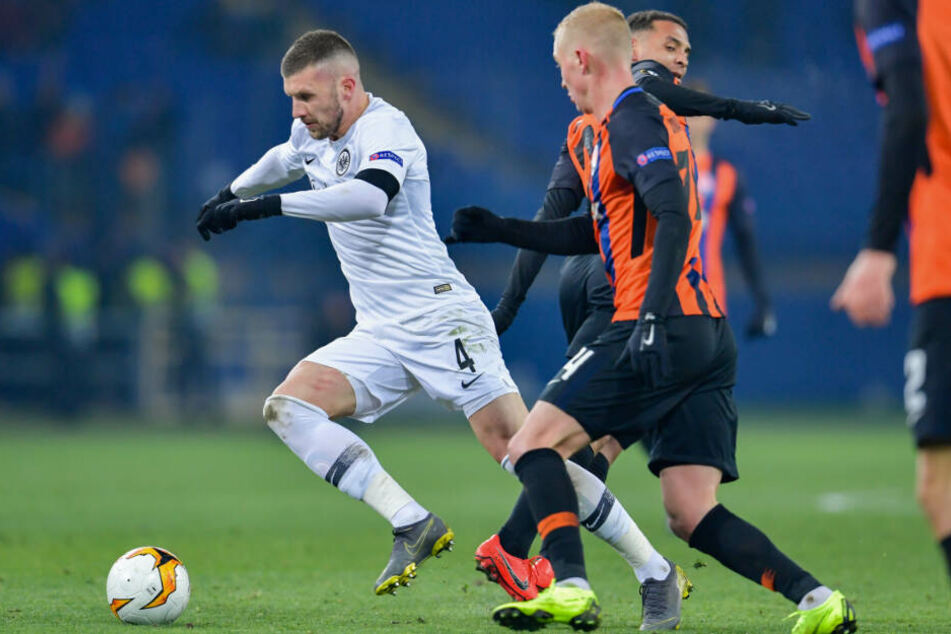 Frankfurts Ante Rebic (l.) und Viktor Kovalenko von Schachtjor Donezk kämpfen um den Ball.
