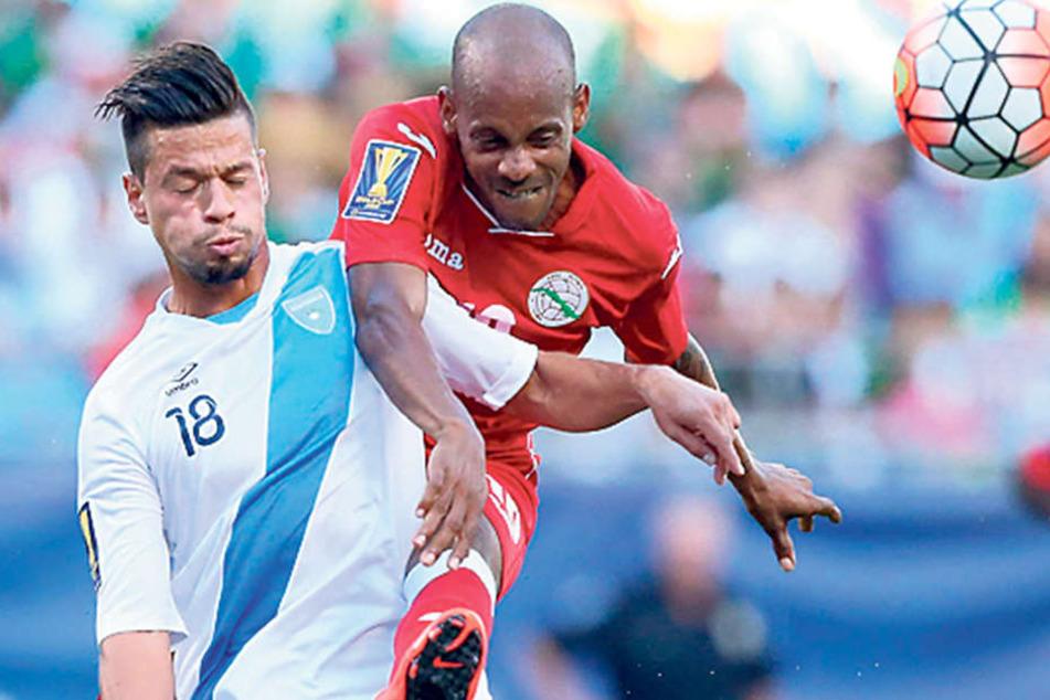 Stefano Cincotta (l., gegen Lopez) hätte lieber wieder das Trikot Guatemalas getragen. Doch er hatte keine Einladung.