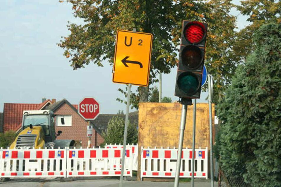 Eigentlich regelt eine Baustellenampel den Verkehr an der Kreuzung.