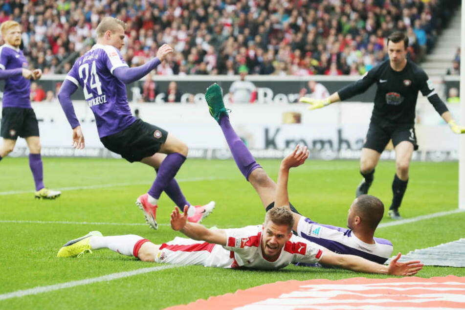 Simon Terodde (VfB) wird von Louis Samson (Aue) im Strafraum gefoult. Danach schießt Terodde selbst per Elfmeter das 1:0.