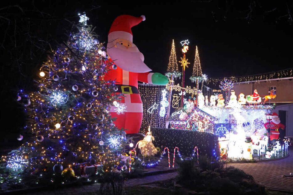 Wahnsinn! An diesem Weihnachtshaus leuchten 60.000 LEDs!