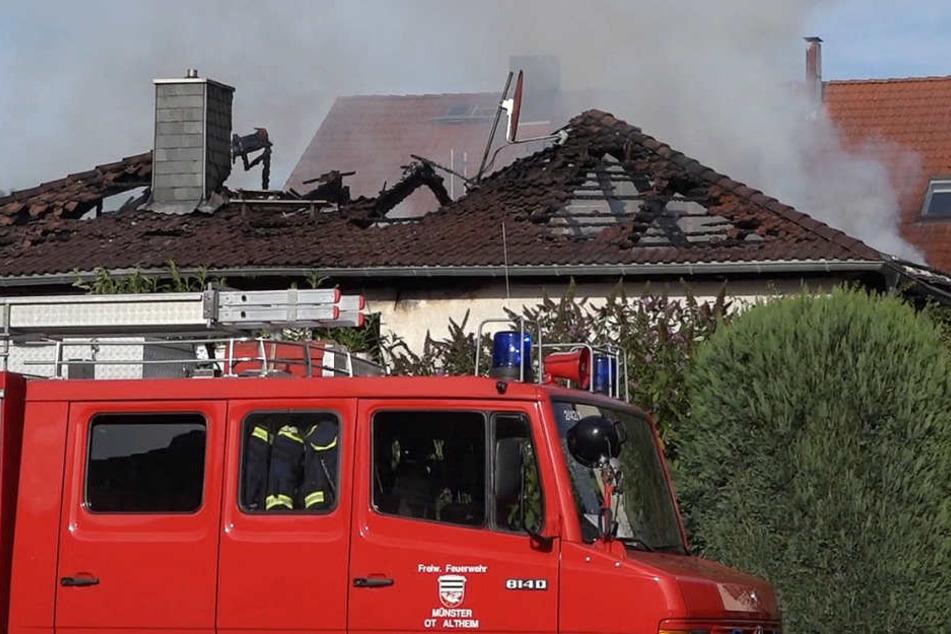 Der gesamte Dachstuhl brannte ab.