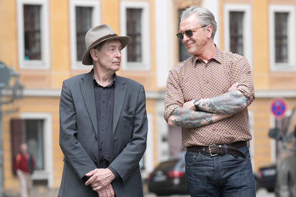Galerist Holger John (l.,57) ist ratlos. Auch er kennt den wahren Künstler nicht.
