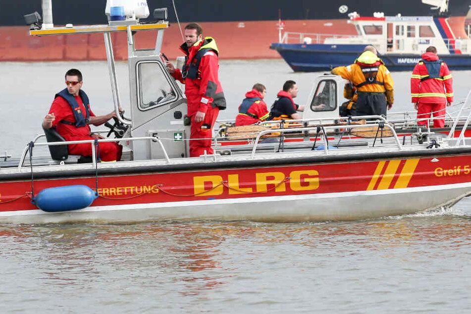 Rettungskräfte bei der Suche nach einem Vermissten. (Symbolbild).