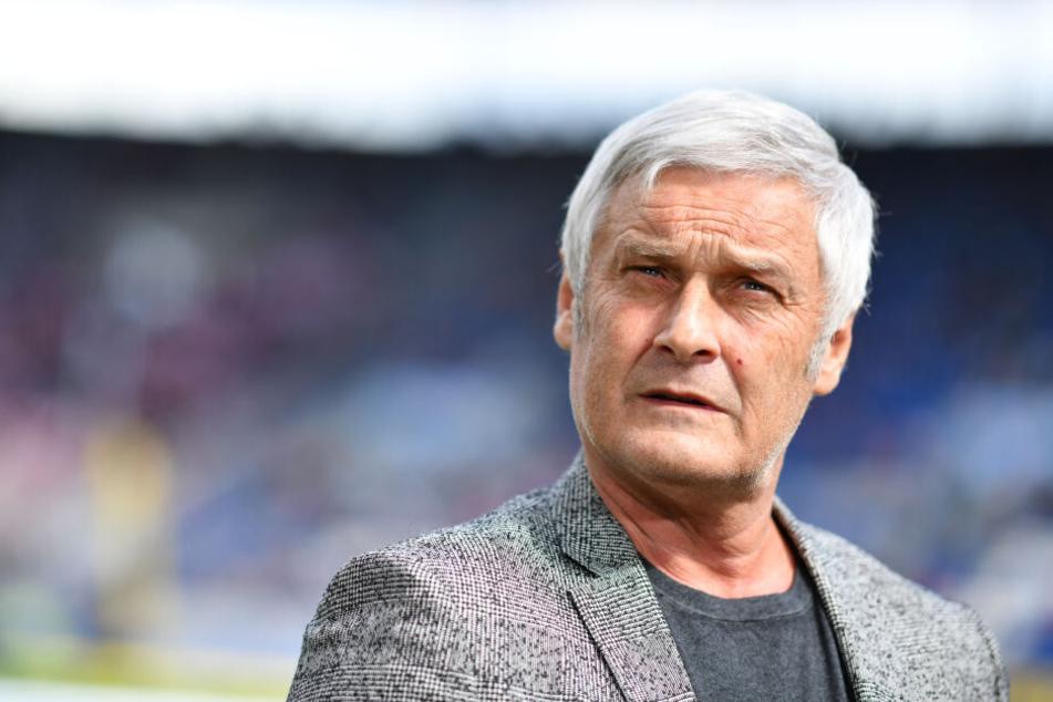 Kölns Armin Veh (57) gibt sich optimistisch und peilt die Bundesliga an.