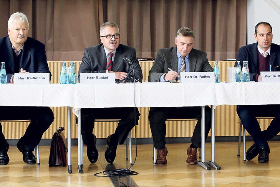 Polizeipräsident Uwe Reißmann (60), Ordnungsdezernent Miko Runkel (55), ManfredRolfes (55) und André Körner (35, v.l.) bei der Sicherheitskonferenz.
