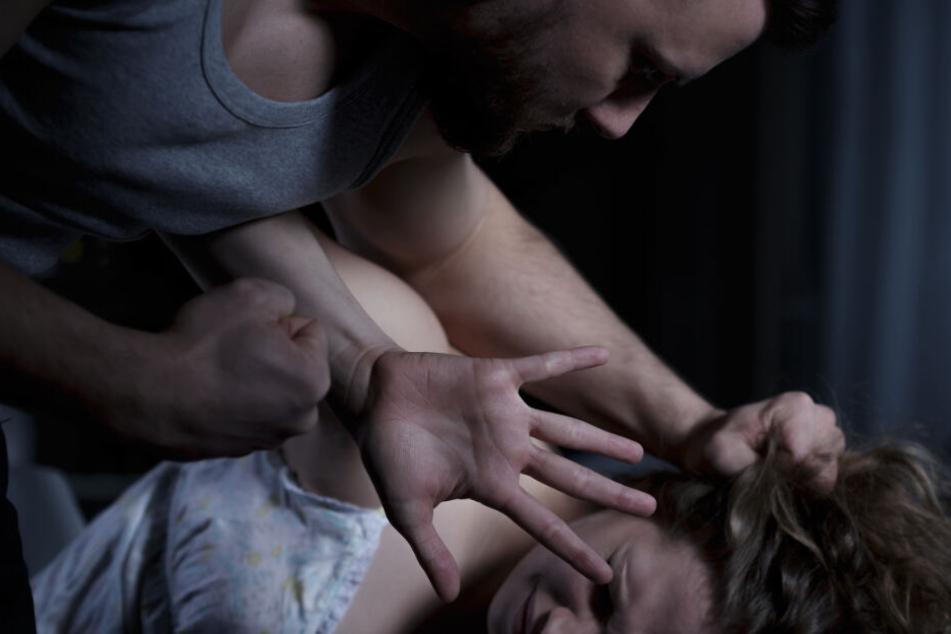 Einige der Männer vergewaltigten ihre Opfer zusammen (Symbolbild).