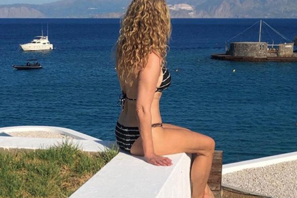 Bikini-Figur mit 55 Jahren: Erkennt ihr diese Promi-Locke?