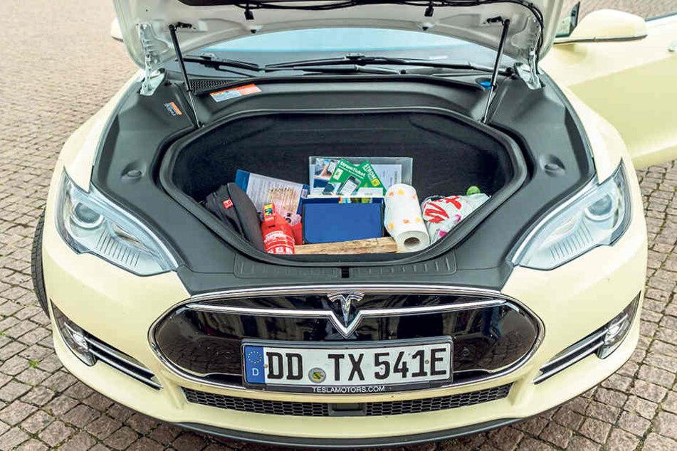 Ups! Wo bei anderen Autos der (Verbrennungs-)Motor sitzt, hat das Tesla-Taxi einen geräumigen  Stauraum.