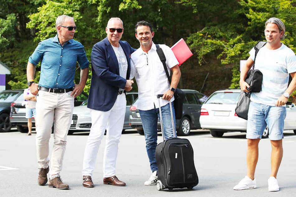 Shakehands: FCE-Präsident Helge Leonhardt (Zweiter von links) und Aues neuer Trainer Dirk Schuster (Zweiter von rechts) geben einander die Hände.