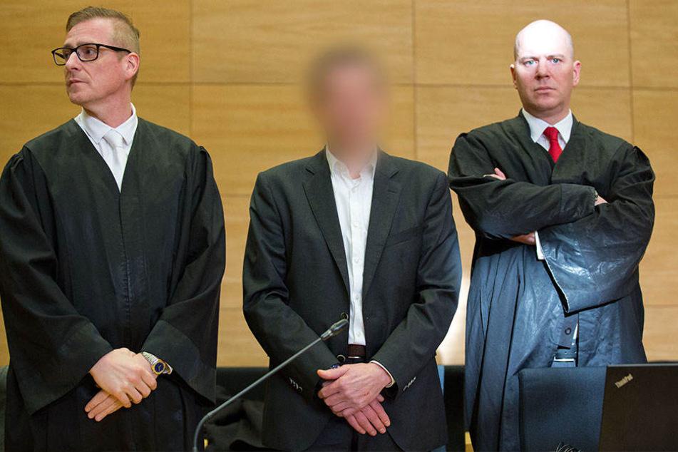 Der Angeklagte neben zweien von drei seiner Verteidiger: Kai Oelgeklaus und Martin Bücher.